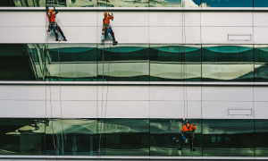 ¿Cómo realizar la limpieza de edificios en altura?