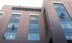 ¿Por qué es necesario realizar la limpieza de edificios en altura?